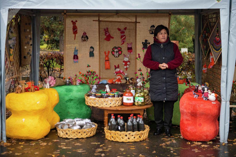 В рамках мероприятия также прошла сельскохозяйственная ярмарка Золотая осень. На экспозиции представлены десятки сортов картофеля, яблок, груш и различная молочная продукция.