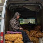 Акылбек Жапаров отметил, что, несмотря на засуху и маловодье, отечественные аграрии смогли внести значительный вклад в обеспечение потребностей населения в продовольствии. Земледелец представляет выращенный картофель на сельскохозяйственной ярмарке Золотая осень.
