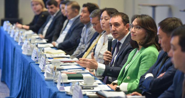 Участники бизнес-завтрака руководителей коммерческих банков с кабинетом министров. 22 октября 2021 года