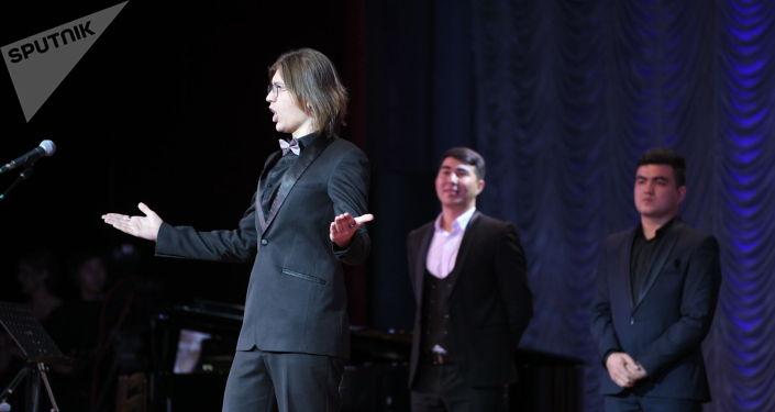 Артист во время выступления на V среднеазиатской романсиаде в Бишкеке