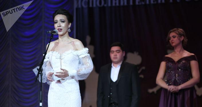 Артистка во время выступления на V среднеазиатской романсиаде в Бишкеке