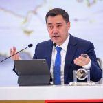 Сам глава государства тоже сидел с планшетом. Президент Кыргызстана запомнился всем тем, что не носит кипу бумаг, а использует для выступления и беседы именно планшет.