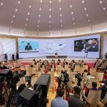 В зале было 150 представителей различных СМИ, а пресс-конференция транслировалось в прямом эфире.