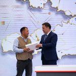 Перед началом формата вопрос-ответ Жапаров сообщил, что у журналиста Данияра Кошалиева сегодня день рождения. Он публично вручил ему подарок — планшет.