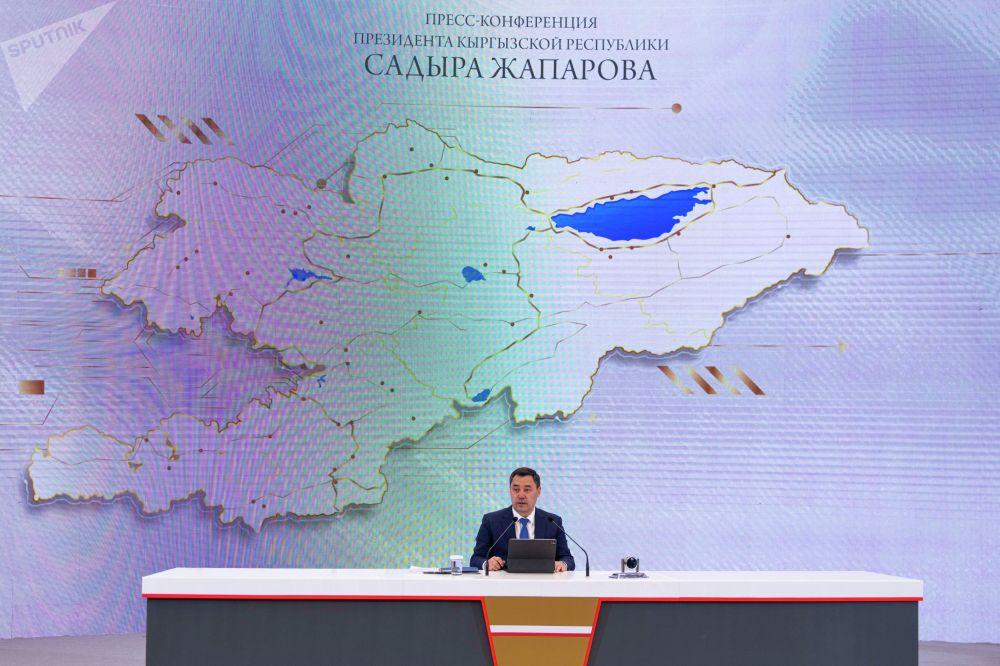 Садыр Жапаров признался, что заболел гриппом. Однако это не помешало ему зачитать доклад и побеседовать с журналистами.