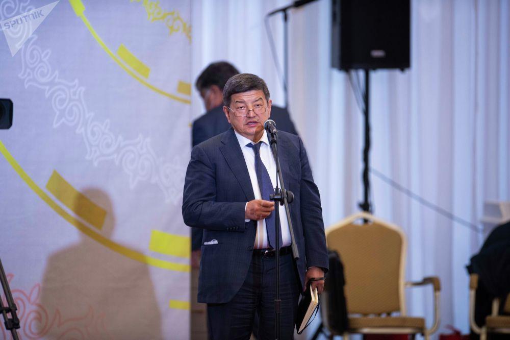 На встрече со СМИ были и члены кабмина. Президент на месте запрашивал у них информацию, давал поручения. В частности, председателя кабмина Акылбека Жапарова президент просил брать на контроль некоторые вопросы.