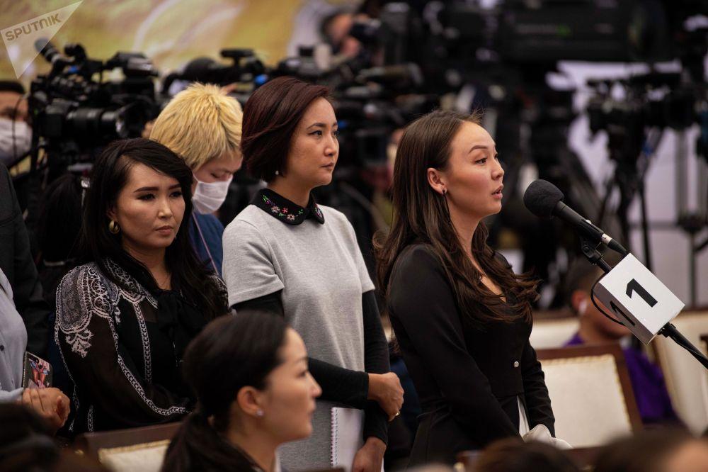 Журналисты в порядке живой очереди вставали у трех микрофонов
