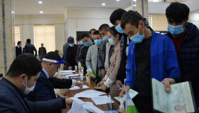 Люди на избирательном участке, во время президентских выборов в Ташкенте