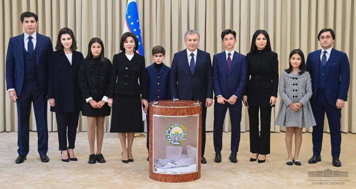 Президент Узбекистана Шавкат Мирзиёев во время голосования на президентских выборов в Ташкенте. 24 октября 2021 года
