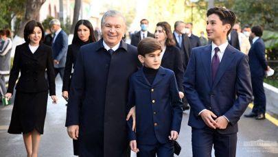 Өзбекстандын президенти Шавкат Мирзиёев үй-бүлөсү менен Ташкентте добуш учурунда