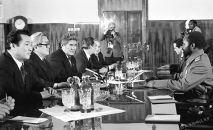 Кыргыз ССРнин өкмөтү менен коммунистик партиянын жетекчилиги Мозамбик Эл Республикасы маршал Самора Мойзеш Машел менен баарлашуда