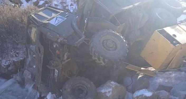 Грузовой автомобиль КамАЗ упал в овраг, в Тонском районе Иссык-Кульской области. 24 октября 2021 года