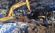 Груженый камаз упал в овраг на Иссык-Куле