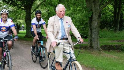 Британский принц Чарльз едет на велосипеде. Архивное фото