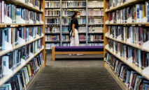 Женщина в публичной библиотеке в Гонконге. 4 июля 2020 года