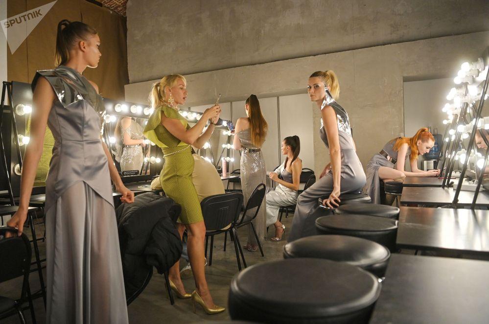 Модели перед показом дизайнера Alena Nega в рамках Mercedes-Benz Fashion Week Russia в Москве