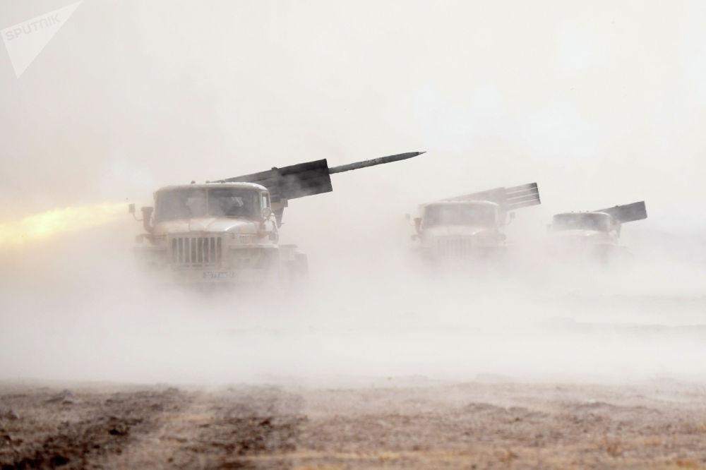 Реактивная система залпового огня БМ-21 Град коллективных сил Организации договора о коллективной безопасности (ОДКБ) на учениях Взаимодействие-2021 на полигоне Харбмайдон в Таджикистане