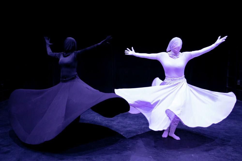 Художественная группа Кхиштан исполняет танец Сама, или суфийский танец, в театральном зале в центре Тегерана, Иран. 15 октября 2021 года