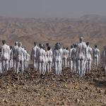 Около двухсот человек, покрытых белой краской, участвуют в съемке фотографа Спенсера Туника на берегу Мертвого моря в Израиле. 17 октября 2021 года