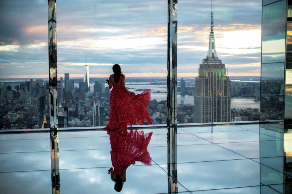 Девушка смотрит на Нью-Йорк на смотровой площадке в новом небоскребе Манхэттена SUMMIT One Vanderbilt. 18 октября 2021 года