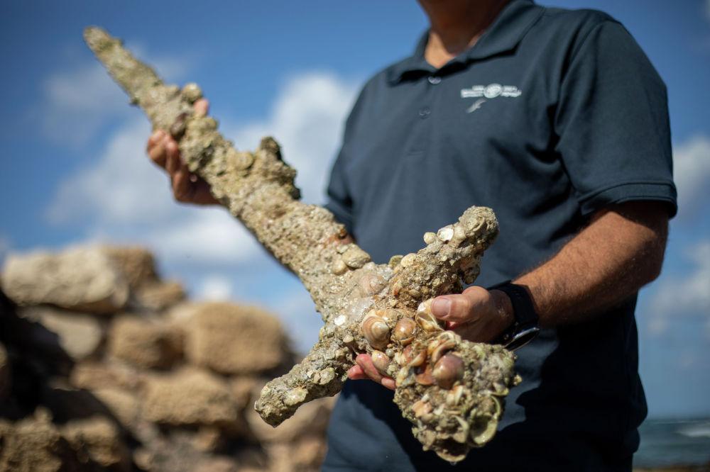 Меч крестоносца возрастом 900 лет найденная аквалангистом у побережья Кармель в Израиле. 19 октября 2021 года