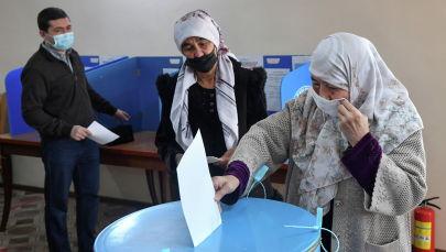 Женщина голосует на избирательном участке в Ташкенте во время президентских выборов в Узбекистане. 24 октября 2021 года