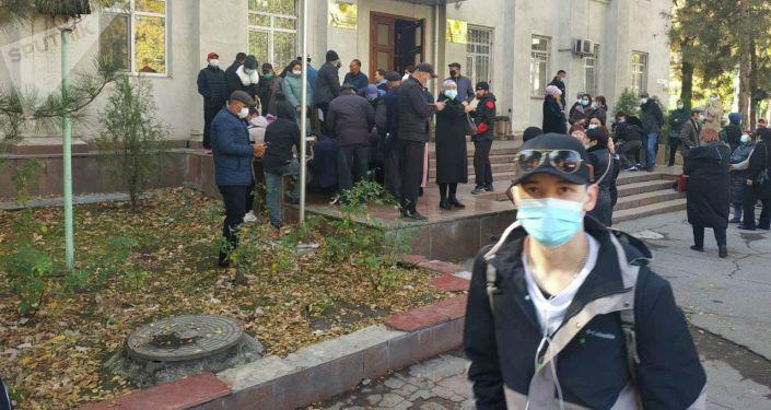 У здания Министерства здравоохранения в Бишкеке проходит митинг пациентов с пересаженными органами