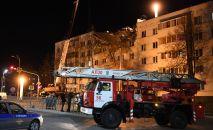 Сотрудники МЧС работают на месте взрыва в жилом доме в Набережных Челнах.