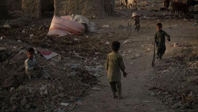 Афган балдары Кабулдун жакыр районунда ойноп жатышат. Архив