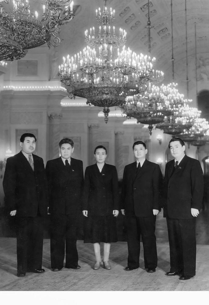 Москвадагы кыргыздын каймактары: ортодо Зууракан Иманкалыкова менен Исхак Раззаков. 1950-жылдар