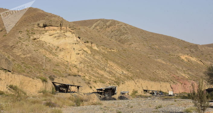 Добыча угля на заброшенной шахте в городе Кызыл-Кия