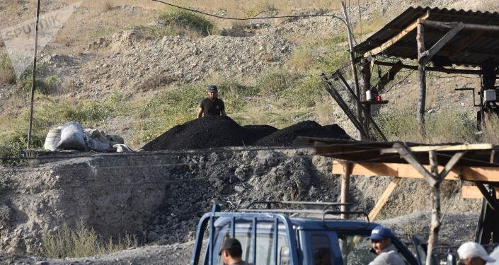 Рабочие во время добычи угля на заброшенной шахте в городе Кызыл-Кия