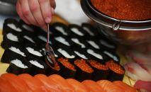 Приготовление суши. Архивное фото