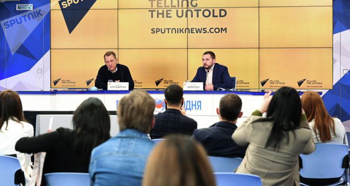 Заместитель главного редактора Sputnik Андрей Благодыренко (слева) во время очной сессии просветительского проекта SputnikPro для молодых журналистов из стран СНГ в Москве