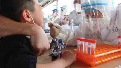 Ребенок проходит тест на COVID-19. Архивное фото