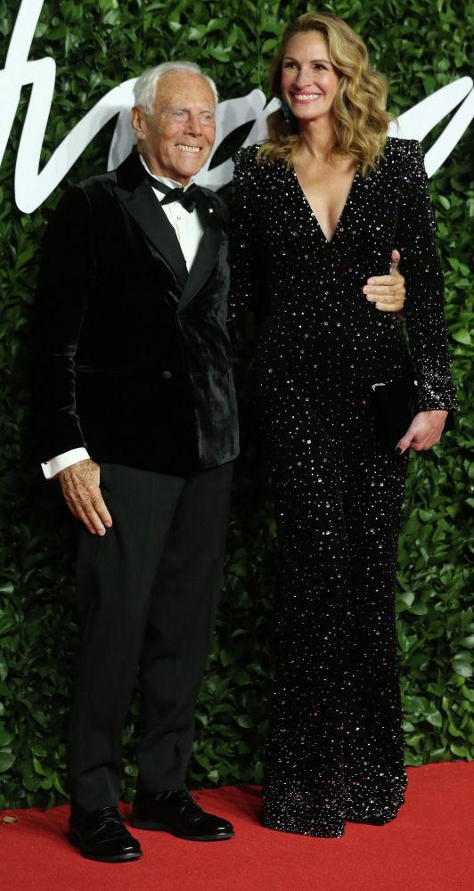 Итальянский модельер Джорджио Армани и американская актриса Джулия Робертс на красной дорожке Fashion Awards 2019 в Лондоне. 02 декабря 2019 года