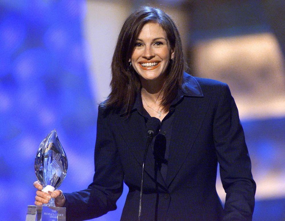Американская актриса Джулия Робертс получает награду Любимая киноактриса на церемонии вручения награды People's Choice Awards в Пасадене, Калифорния. 07 января 2001 года