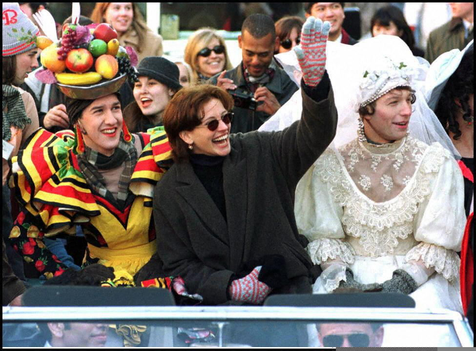 Актриса Джулия Робертс во главе парада в ее честь, по случаю получения награды Женщина года на церемонии Harvard Hasty Pudding в Кембридже, штат Массачусетс. 13 февраля 1997 года