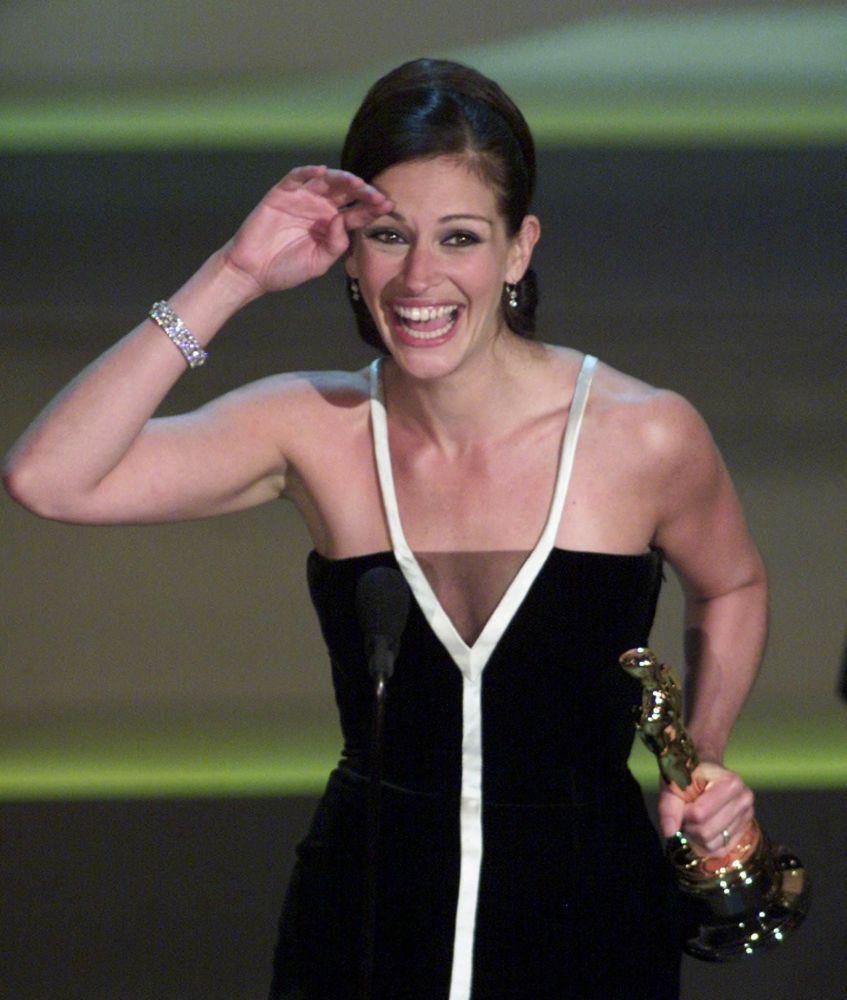 Актриса Джулия Робертс получила Оскар за лучшую женскую роль в фильме Эрин Брокович во время 73-й ежегодной церемонии вручения премии в Лос-Анджелесе. 25 марта 2001 года