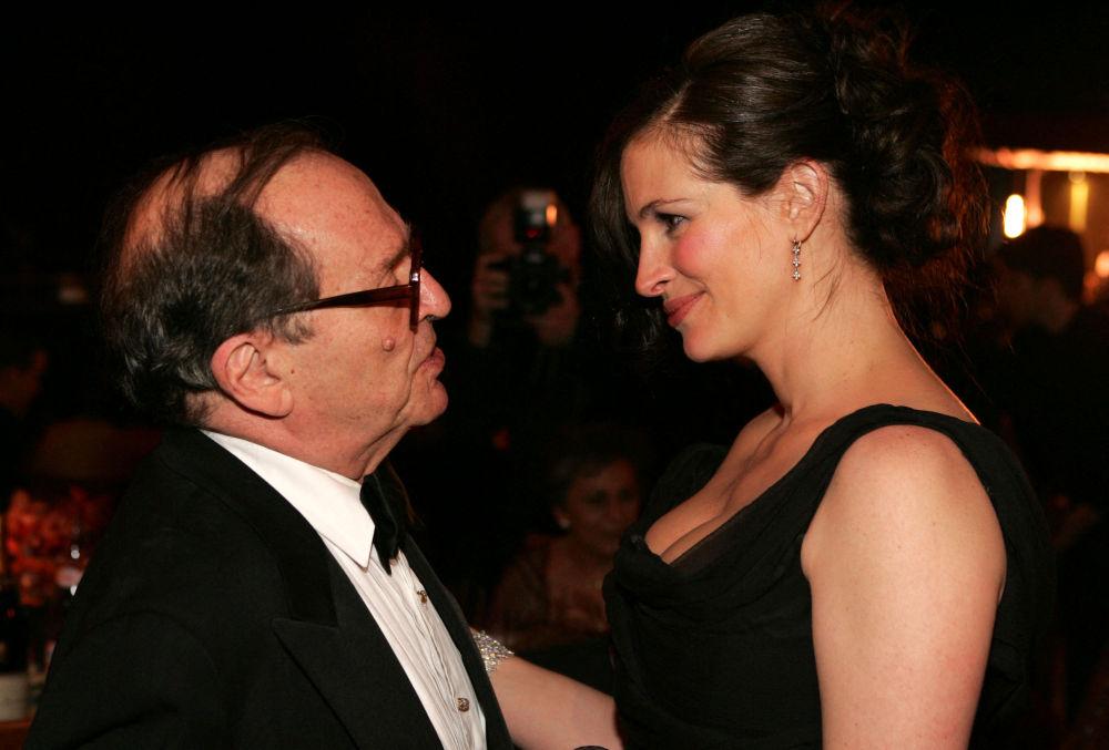 Кинорежиссёр Сидни Люмет и актриса Джулия Робертс на балу губернаторов после 77-й ежегодной премии Академии в отеле Renaissance Hollywood в Голливуде, Калифорния. 27 февраля 2005 года