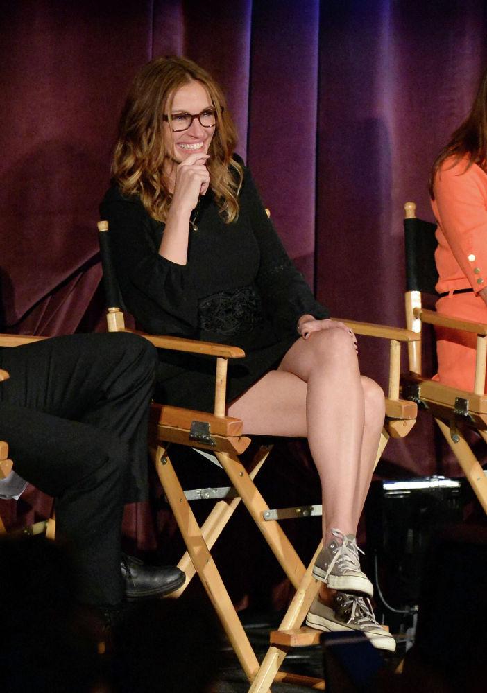 Актриса Джулия Робертс выступает на сцене во время показа фильма Август: Графство Осейдж в театре Westwood Village в Лос-Анджелесе, Калифорния. 11 ноября 2013 года