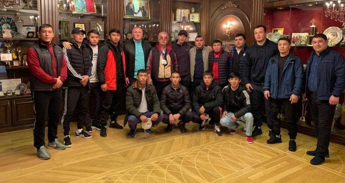 Кыргызстанские борцы дома у президента ассоциации спортивной борьбы Узбекистана Салимбая Абдувалиева во время юношеских сборов в Ташкенте. 27 октября 2021 года