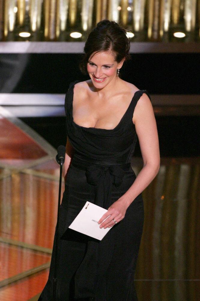 Американская актриса Джулия Робертс на вручении награды за лучшую режиссуру во время 77-й ежегодной церемонии премии Оскар в Kodak Theater в Голливуде, Калифорния. 27 февраля 2005 года