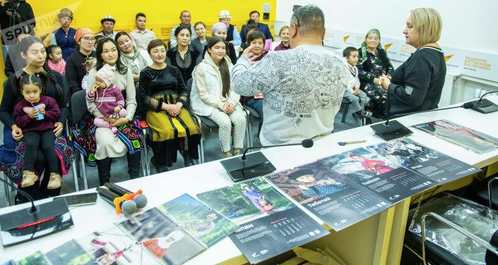 Международное информационное агентство и радио Sputnik Кыргызстан и общественный фонд Кийиз дуйно выразили благодарность участникам фотопроектов Национальные головные уборы, Национальная женская и мужская одежда