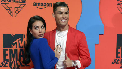 Португальский футболист Криштиану Роналду с женой Джорджиной Родригес. Архивное фото