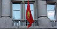 Флаг Кыргызстана на здании посольства в Москве. Архивное фото