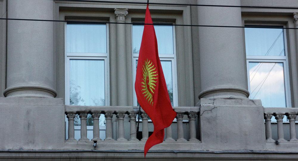 Флаг Кыргызстана в посольстве в Москве. Архивное фото