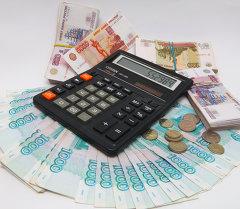 Рублевые купюры разного достоинства и калькулятор. Архивное фото