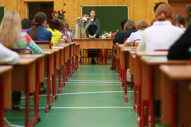 Учительница во время уроков. Архивное фото