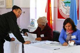 На одном из избирательном участке в Кыргызстане. Архивное фото